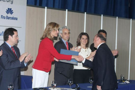 El alcalde de Alhama de Murcia, Juan Romero Cánovas, recibe de manos de SAR la Infanta Cristina el premio finalista Ciudad Sostenible
