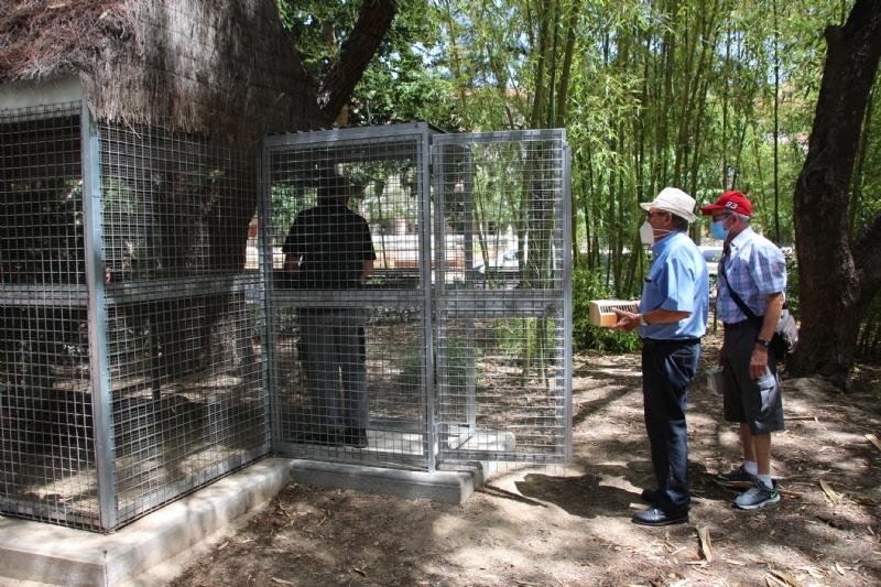 La Asociación Cultural Ornitológica Naturalista Alhameña dona medio centenar de ejemplares a la pajarera municipal