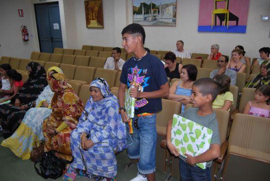 Los niños saharauis acogidos por familias alhameñas son recibidos en el Ayuntamiento