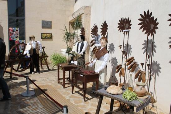 La peña Convivium, con un Mayo que recrea un aula de otra época, gana el concurso de la tradicional fiesta