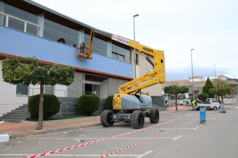 Deportes renueva el suelo de la sala polivalente y repara la fachada de la piscina cubierta