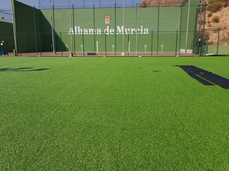 El Ayuntamiento instala un nuevo césped en el campo de fútbol de El Praíco