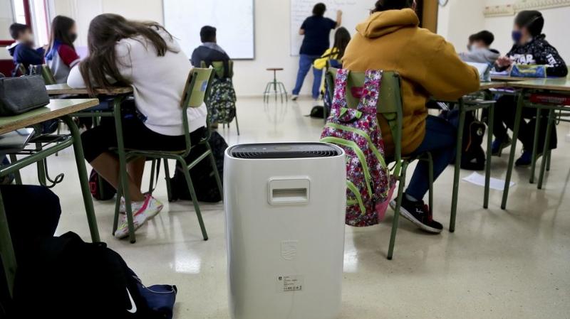 Centro educativo con un purificador HEPA. Imagen: La Voz de Galicia