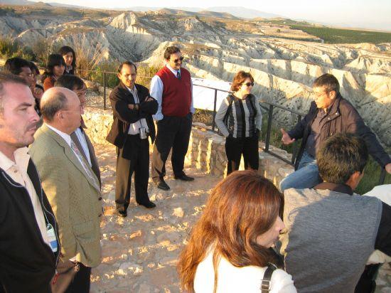 Concejales y técnicos municipales comparten sus experiencias en gestión con representantes peruanos