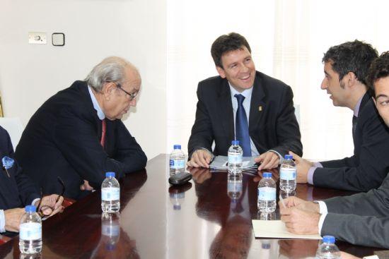 El alcalde recibe a Samper y a directivos de Ferrovial y CHM, adjudicatarias para Paramount, y sientan las bases para la contratación de empresas alhameños