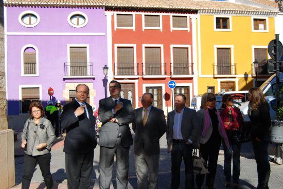 El alcalde y el consejero de Obras Públicas visitan las viviendas sociales, restauradas  gracias a un proyecto regional
