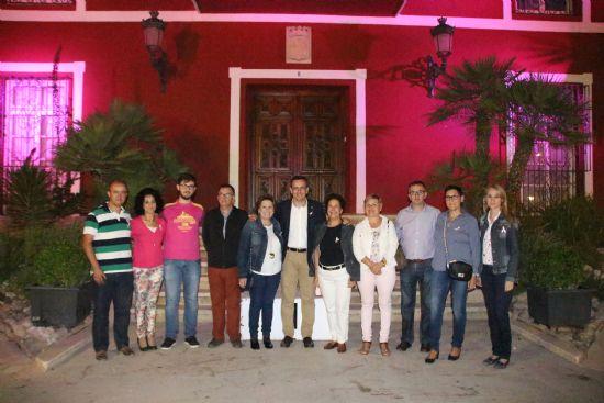La fachada del Ayuntamiento se ilumina de rosa solidario