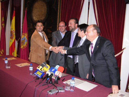 El alcalde de Alhama ha firmado esta mañana un convenio con el consejero de Presidencia que garantiza la construcción de un nuevo cuartel de Policía Local