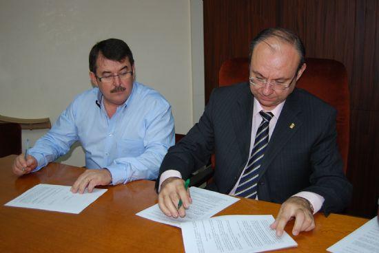 El Ayuntamiento de Alhama firma un convenio para ayudar al comercio de la localidad