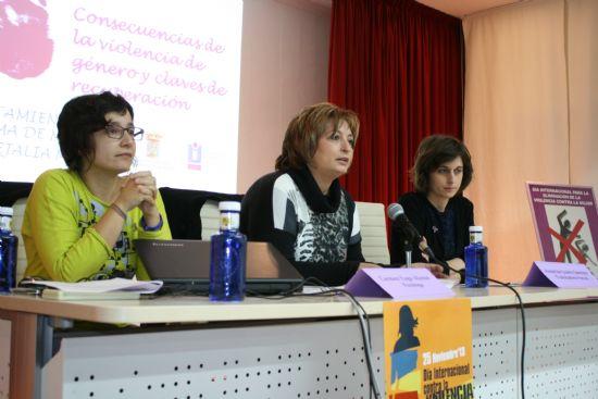 Especialistas del PAE ponen de manifiesto en una charla las consecuencias de la violencia de género