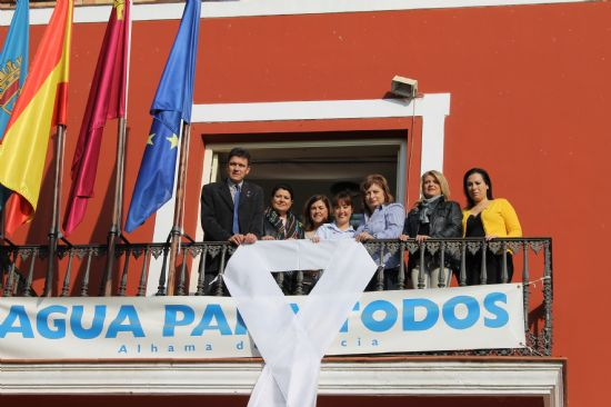 El balcón principal del Ayuntamiento luce un lazo en solidaridad contra la violencia de género