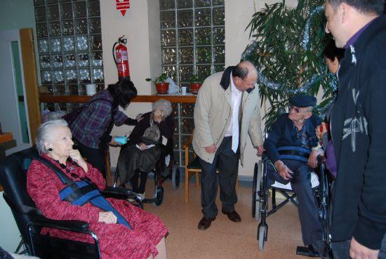 El alcalde junto con la edil de Política Social visitan a los mayores de la Residencia y del Centro de Estancias Diurnas