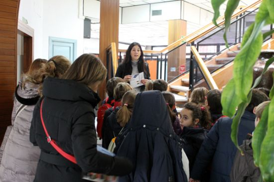 Niños de todos los colegios visitan el Consistorio y disfrutan de un día especial celebrando su propia sesión plenaria