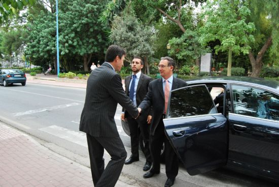 El delegado del Gobierno, Joaquín Bascuñana es recibido por el alcalde de la localidad