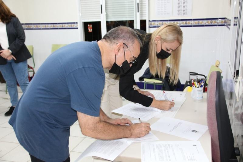 El ayuntamiento suscribe un nuevo convenio con el GF Villa de Alhama para la promoción y difusión del folklore