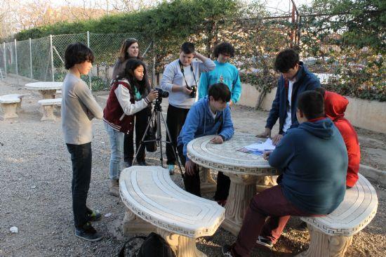 Los jóvenes del municipio disfrutan aprendiendo en el taller de cine impartido en los institutos y organizado por el Ayuntamiento de Alhama de Murcia