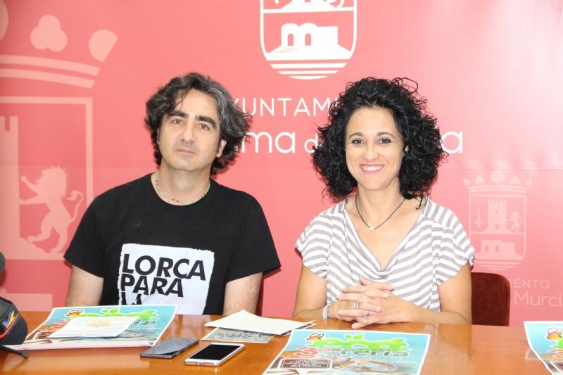 Pedro Casamayor junto a la concejala de Comercio Nani Navarro