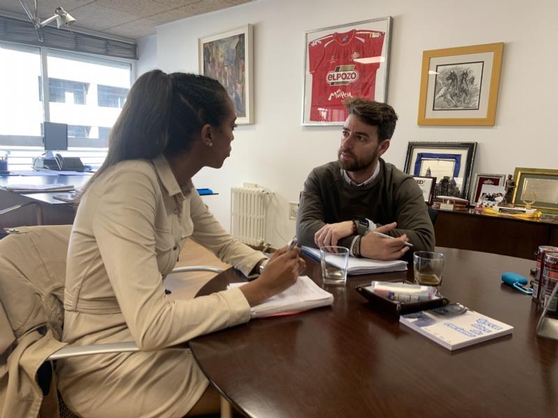 La dirección general de Deportes estudia su colaboración para renovar el césped del campo José Kubala