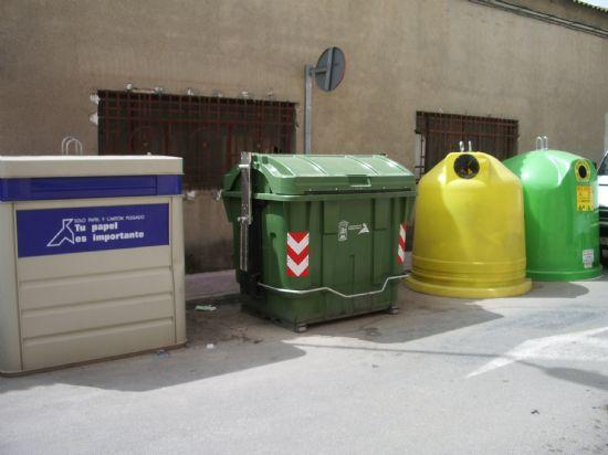 Los agentes de la Policía Local, atentos a quienes echan basura fuera de horario