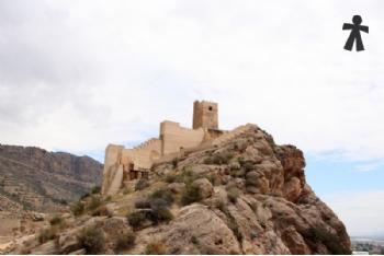 DÍA DE LOS INOCENTES: Retirada la grúa del Castillo de Alhama, tras 10 años formando parte de nuestro paisaje