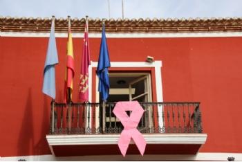 Puesta del lazo rosa por el día Mundial contra el cáncer de mama