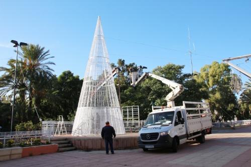 Montaje del árbol navideño en la plaza de la Constitución