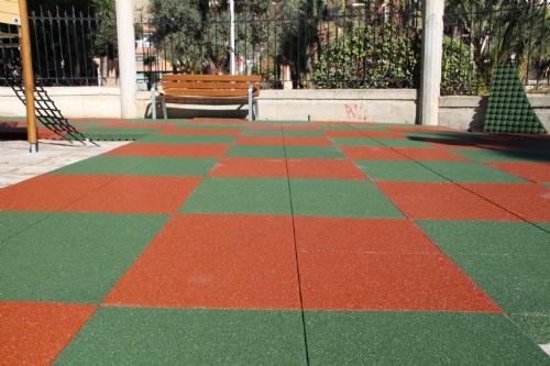 Nuevo suelo Área 1 de juegos infantiles del parque de La Cubana