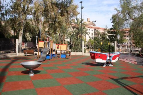 Terminado el suelo Área 1 de juegos infantiles del parque de La Cubana