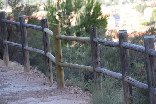 Reposición de la barandilla de madera de la senda del Castillo