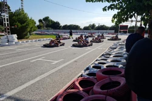 Carrera de karts para jóvenes