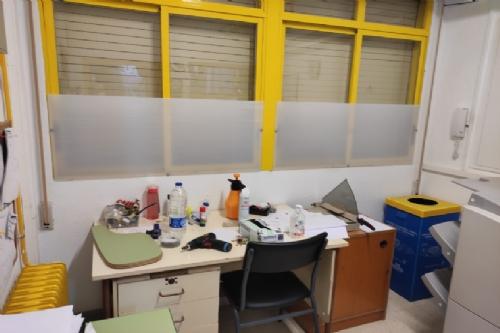 Colocación de placas en las ventanas de los colegios del municipio