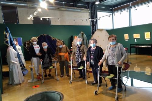 Visita usuario dentro de día de mayores al Museo Arqueológico Los Baños