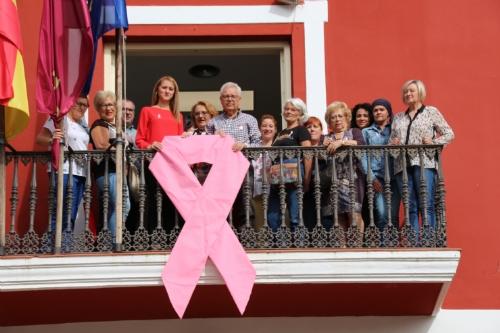 Puesta del lazo rosa con motivo del Día Mundial contra el Cáncer de mama