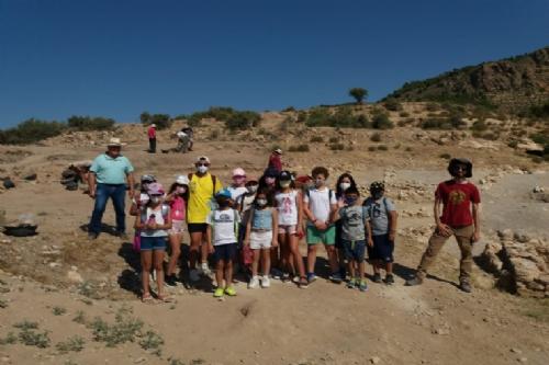 Visita escolares de la escuela municipal de verano al yacimiento de Las Paleras