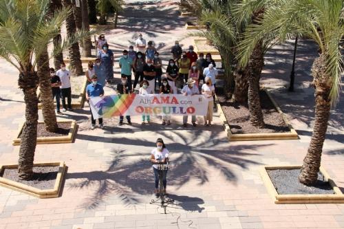 Colocación bandera arcoiris y lectura del manifiesto Orgullo LGTBI+